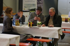 Hans-Jürgen Klasen bespricht sich mit einem Kunden