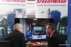 Klaus Vaas von Speedywash zeigt moderne Reinigungssysteme für Busse