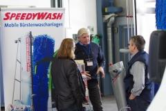 Herr Weinberger präsentiert Speedywash-Anlagen