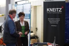 Karin Pichel berät Busunternehmen über Kneitz-Stoffe